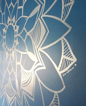 Mandala feita em parede residencial.  Material: canetas Posca  Dezembro de 2017