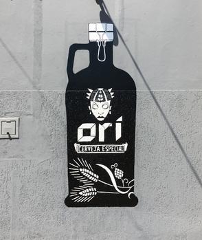 Arte customizada nas paredes externas da cervejaria Craft Beer & More, em Campinas - SP. A cervejaria comercializa exclusivamente as cervejas Ori e Freising. Foram realizadas as ilustrações das garrafas das duas cervejas e algumas frases, todas pintadas à mão.   Tamanho: cada garrafa tem 2.30m de altura Material: esmalte sintético e canetas UniPaint  Setembro de 2017