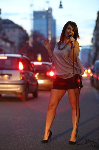 Ho iniziato a cantare quando ho cominciato a parlare. Parlavo e cantavo. Mi pettinavo e cantavo. A cinque, sei anni aprivo la porta di casa e, se lì davanti c'era un gruppo di ragazzini, io mi mettevo a cantare. (Lola Ponce)