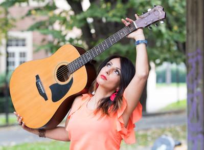 Lasciatemi cantare  con la chitarra in mano  lasciatemi cantare  sono un italiano (T. Cotugno)