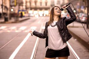 Non sarò soddisfatta finché la gente non vorrà ascoltarmi cantare senza aver bisogno di guardarmi. (M. Monroe)