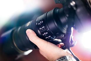 Mão segurando uma câmera