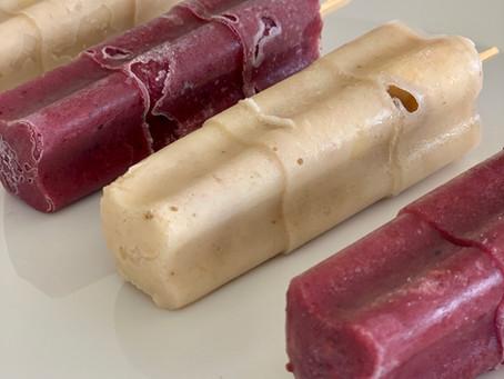 Helado palito de banana y frutos rojos