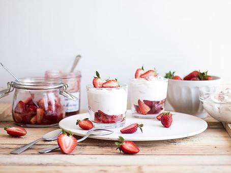 Iogurte natural Grego com calda de morango