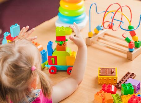4 maneiras de incentivar seu filho a brincar sozinho