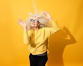 年配の女性が踊る