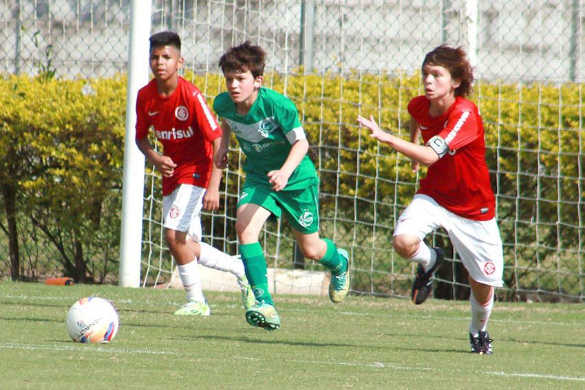 Felipe (C) tem boa técnica, determinação e liderança dentro de campo