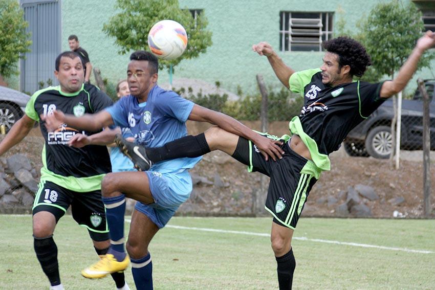 O Botafogo surpreendeu o Juvenil de São Braz e faz uma das semifinais, diante do União Forquetense