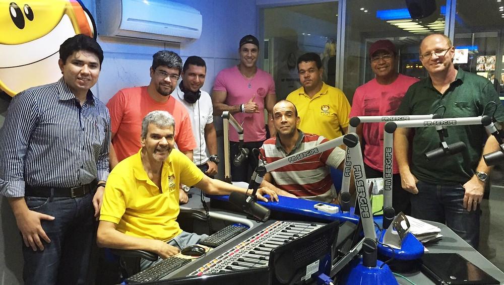 Júlio_Gonçalves,_gerente_da_FM_Sergipe,_ao_lado_dos_locutores.jpg