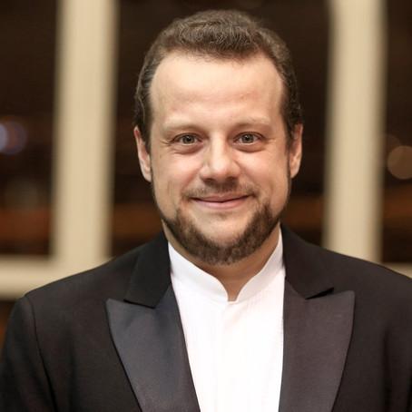 Maestro Guilherme Mannis celebra idade nova.
