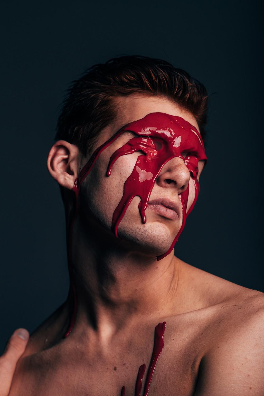צבע אדום על פנים של אשה