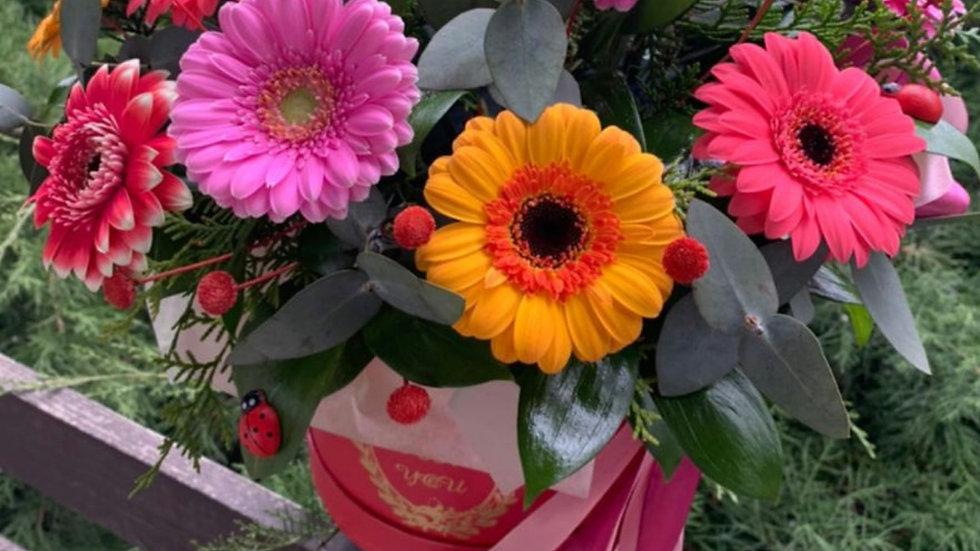 Цветочная композиция в шляпной коробке