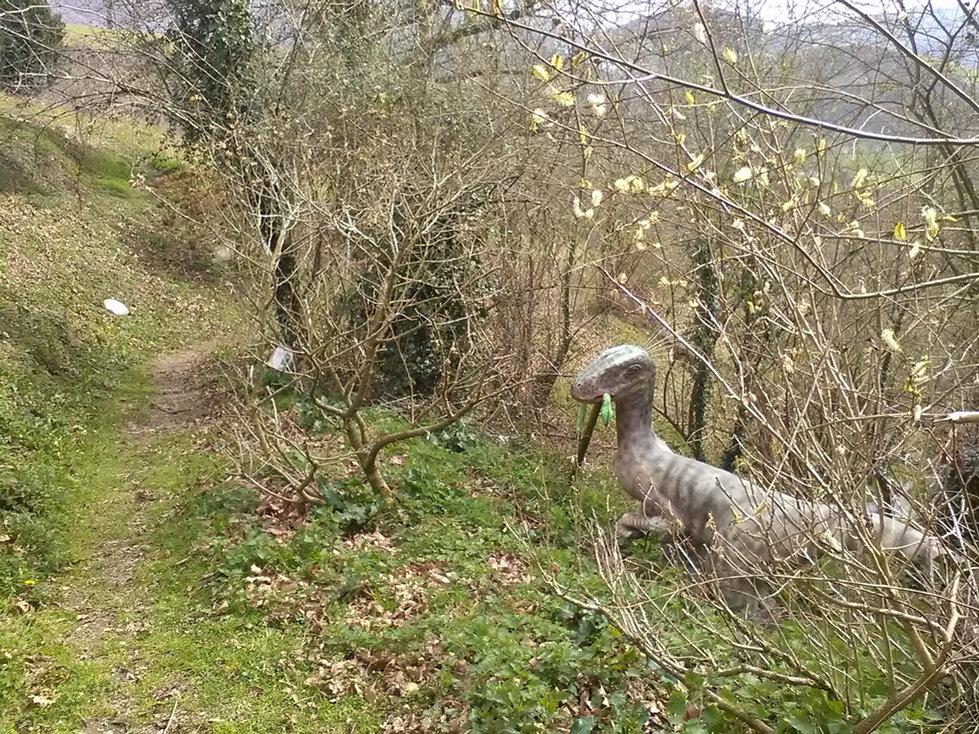 la foret des lapins propose aussi une exposition sur l'évolution animale à découvrir au milieu des lapins et cochons d'indes ouverte au tourisme à itxassou au pays basque