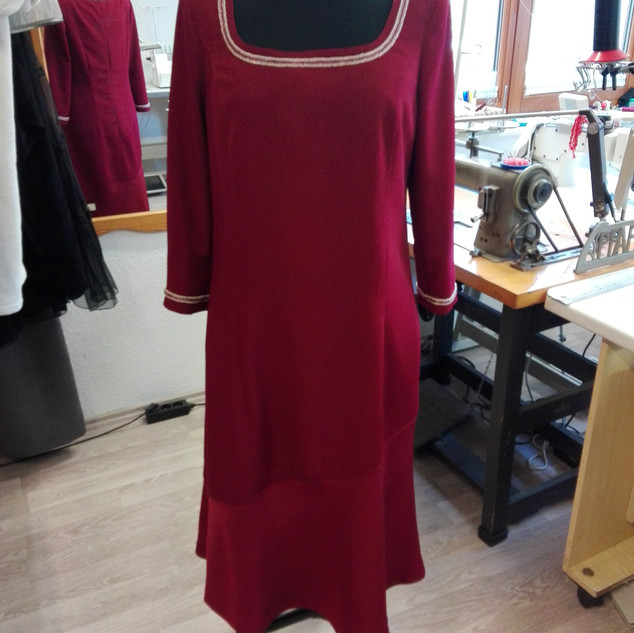 Kleid mit Perlenborte