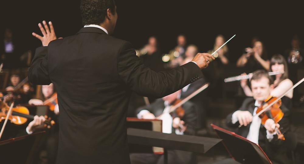Un conseiller en gestion de patrimoine, un chef d'orchestre