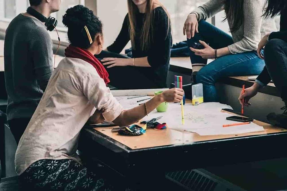 Etudiants étrangers en train de discuter autour d'un table dans un restaurant de campus américain