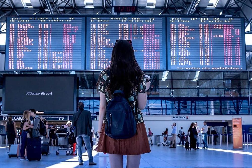 Une étudiante à l'aéroport qui va partir étudier aux  Etats-Unis