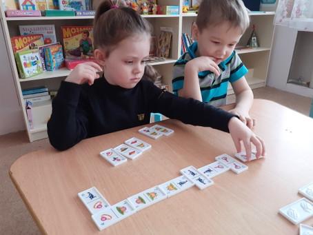 Домино –  игра в которую дети играют с большим интересом