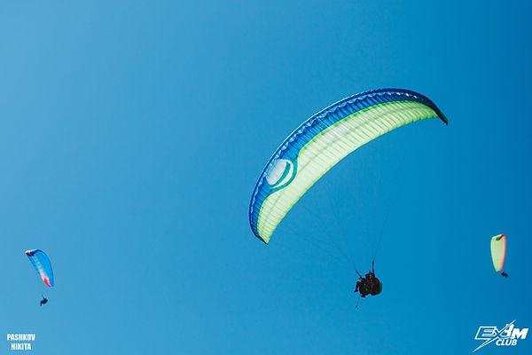 Полеты на параплане в Анапе, черноморское побережье. Полеты у моря. Парапланы в небе. Фото Никита Пашков для Ex3m.club