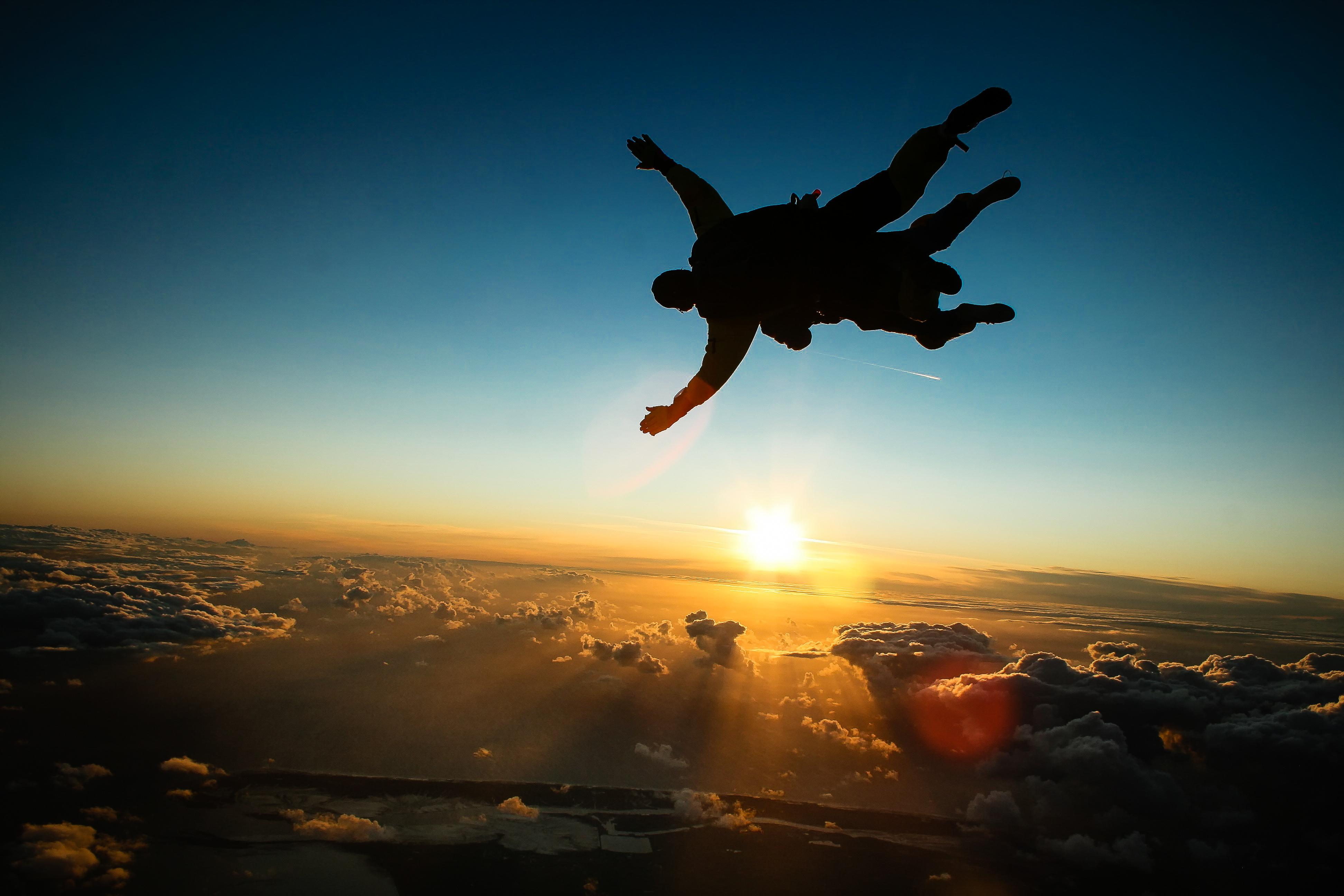 Прыжок с парашютом в тандеме закат