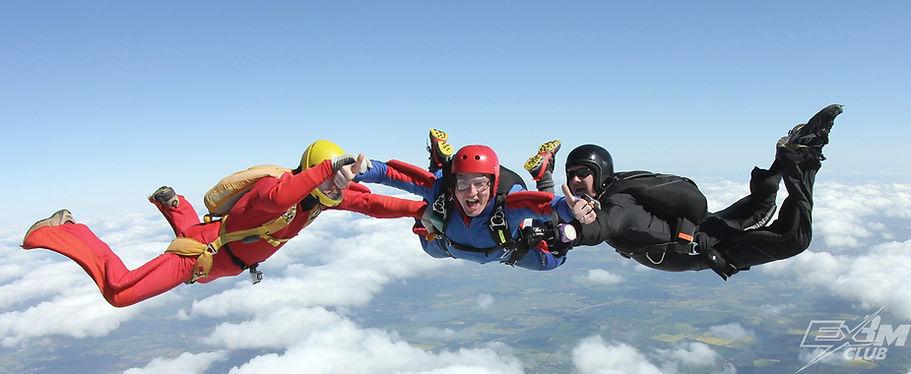 AFF, 2 инструктора держать студента AFF, обучение парашютному спорту, парашютный спорт, подготовка парашютиста, прыжок с парашютом с инструктором, программа АФФ, программа AFF, тренировочные прыжки с парашютом