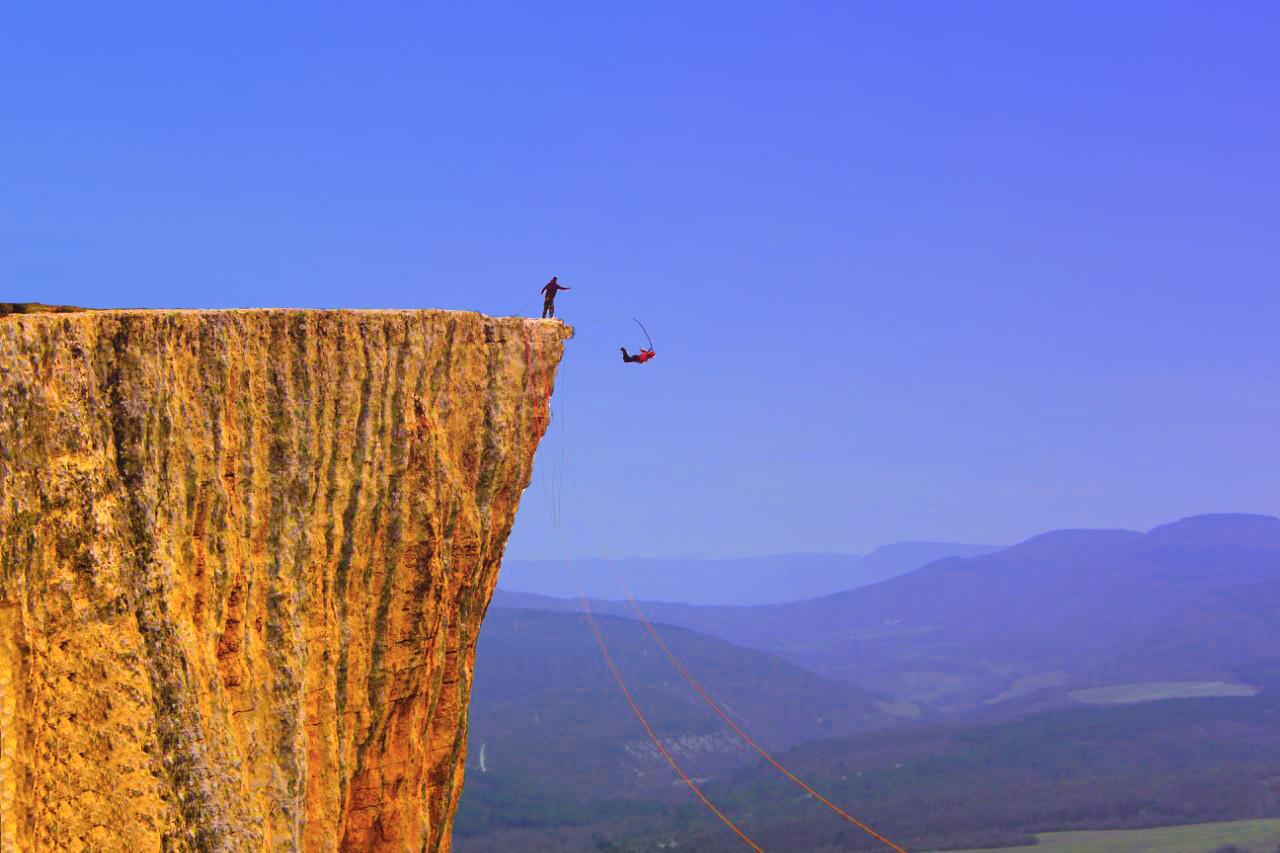 Прыжки со скалы с веревкой Крым