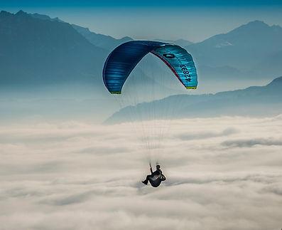 Полеты на парапланах Краснодар, Полет на параплане в Краснодаре, полеты на параплане в подарок, полет на параплане в тандеме с инструктором, полеты в горах, полеты на параплане на побережье Черного моря, полеты на параплане выше облаков, полеты на параплане в Чегеме