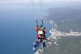 парашют над морем