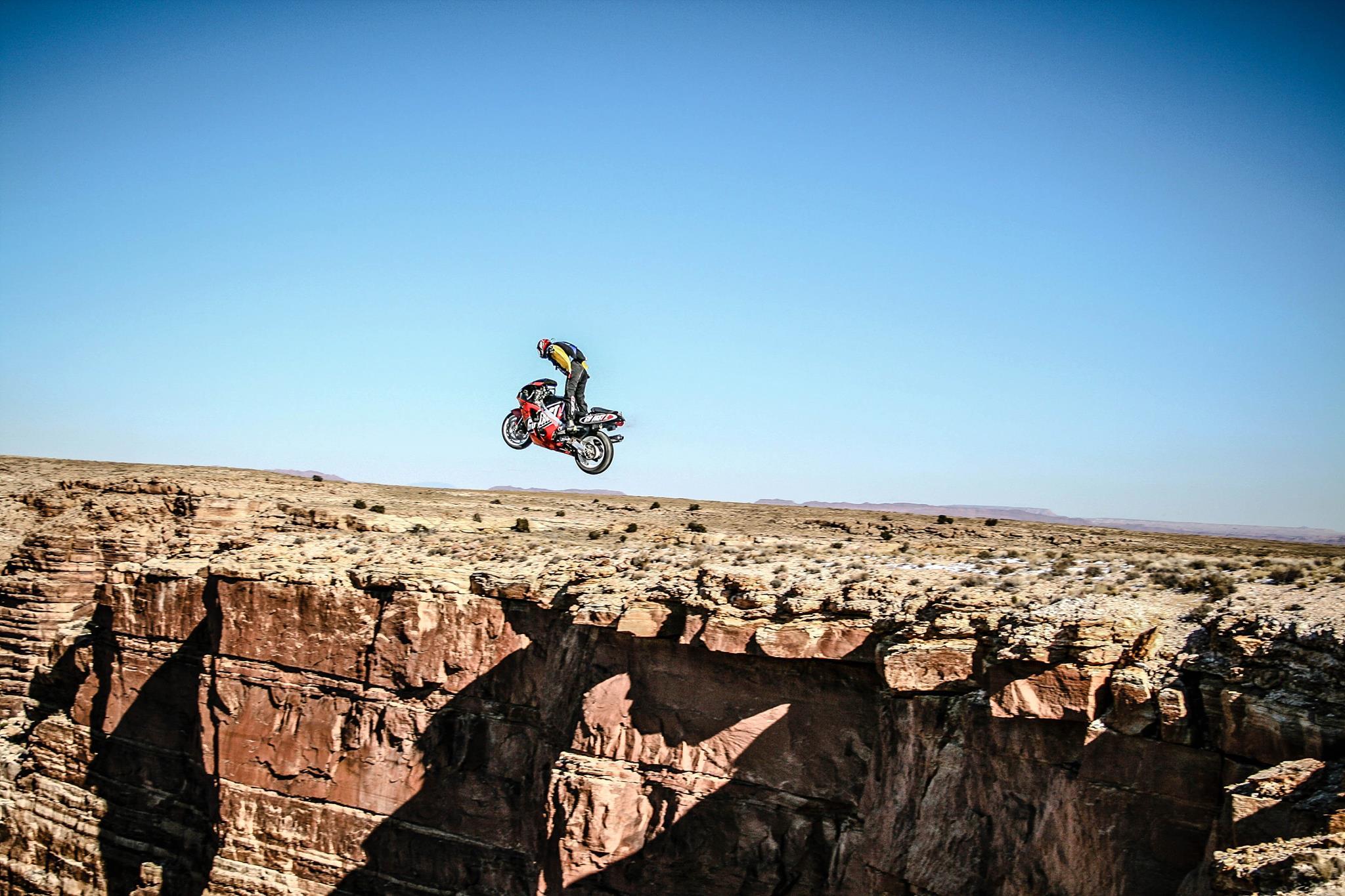 Прыжок с парашютом на мотоцикле