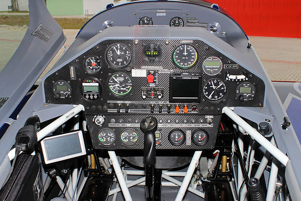 extra 330 lx cockpit