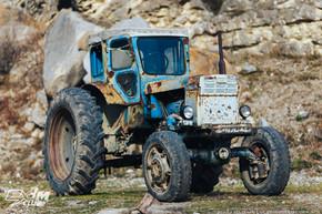 Старый трактор в деревне