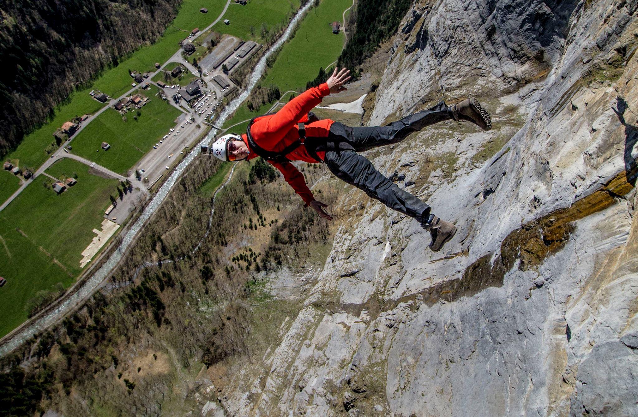 Бейс-прыжок со скалы