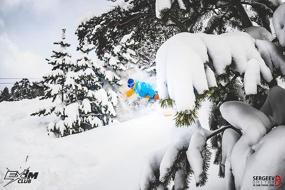 Сноубордист фрирайд лес