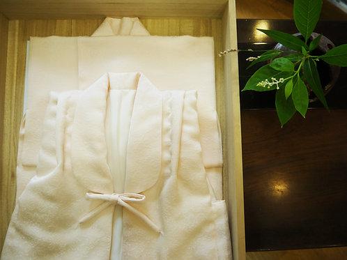 女の子には桜色の産着(着物・袖なしセット)