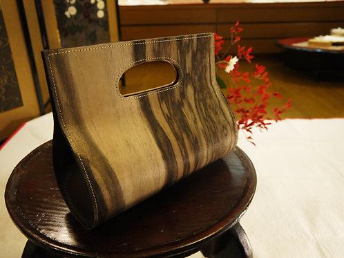 貴重な黒柿の木の皮を使ったバッグ
