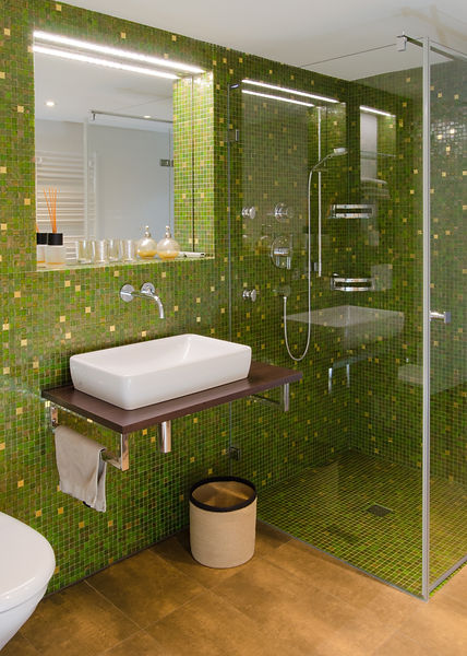 Dusche in Glasmosaik mit Goldeinleger