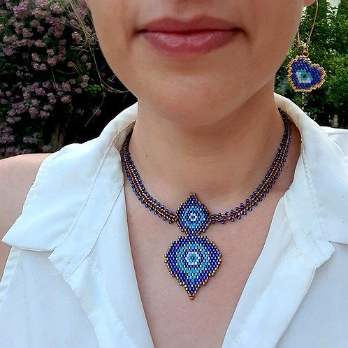 מתנה מדהימה, שרשרת העין הכחולה