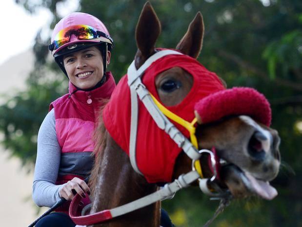 O acidente que afastou a gaúcha das pistas não lhe tirou o sorriso, sua marca de simpatia. Há uma semana, Trote & Galope conversou com Josiane Gulart no Centro de Treinamento do Jockey Club SP, em Campinas