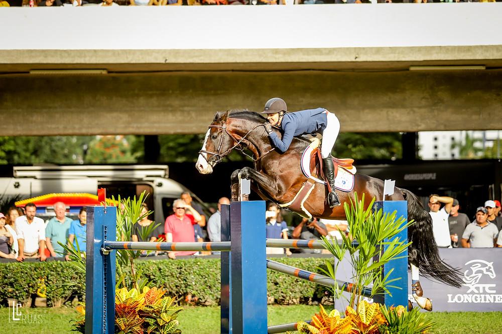 Salto perfeito da campeã Karina com Challenger JMen  (Divulgação)