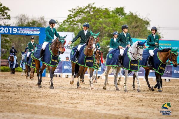 Time Brasil Amarelo campeão Pré-junior adentra a pista para premiação (Luis Ruas)