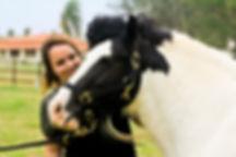 Gypsy horse chamado Split posa com sua dona.