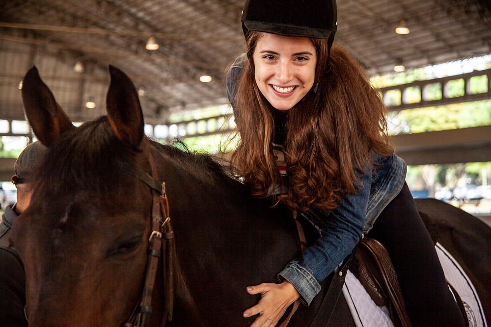 Renata Bacha, atriz e digital influencer, em momento de carinho com o cavalo  (Divulgação)