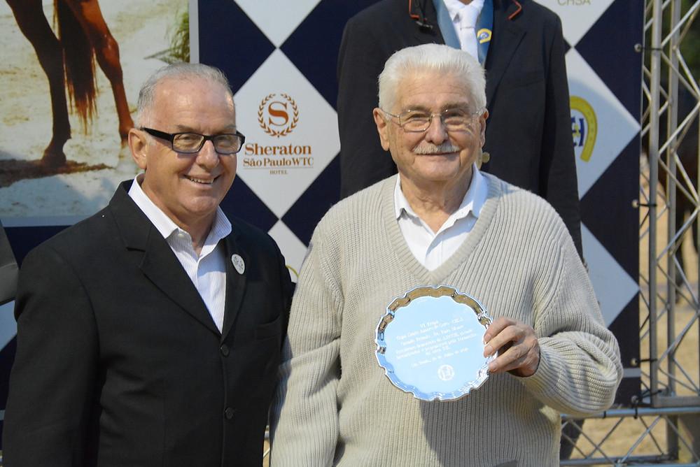 Além do nome do GP da 6ª etapa da Copa Santo Amaro de Salto, Ênio Monte também foi homenageado pela Associação Brasileira dos Criadores do Cavalo de Hipismo, idealizada por ele em 1977. Diretor técnico da entidade, Luís Rocco entregou uma bandeja ao criador e apaixonado horseman.