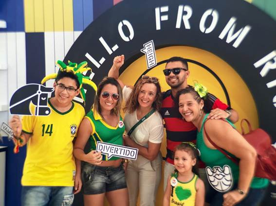 A secretária geral da FEI, Sabrina Ibáñez (ao centro), nascida em El Salvador e animada em estar com fãs do esporte no Playground Equestre da FEI, o primeiro na América do Sul. (fotos Martin Angerbauer/FEI)