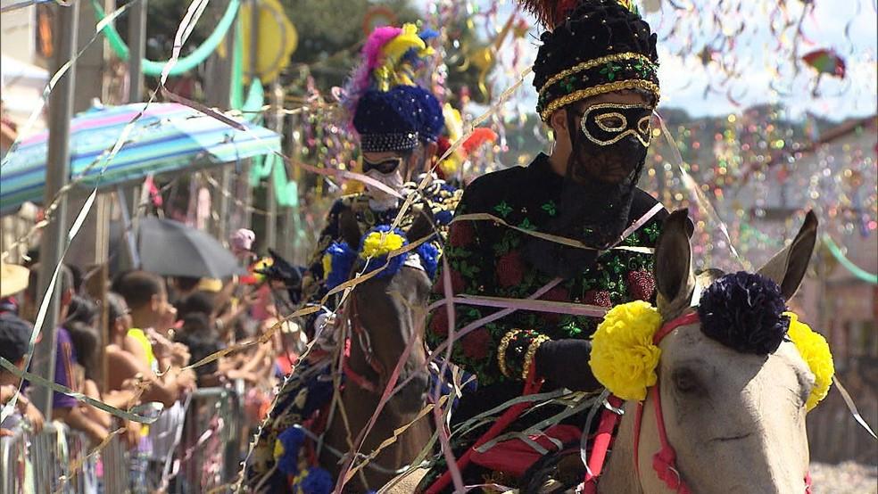 Bonfim, na região central mineira, mantém o tradicional carnaval a cavalo
