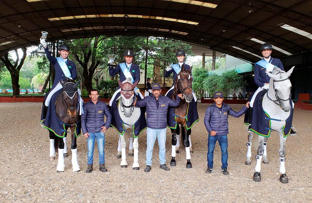 Os campeões do Time Brasil de Adestramento em flash comemorativo (foto Marcello Servus)