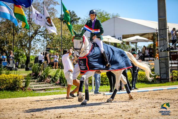 Carolina Chade com Flying High das Umburanas: campeã junior (Luis Ruas)