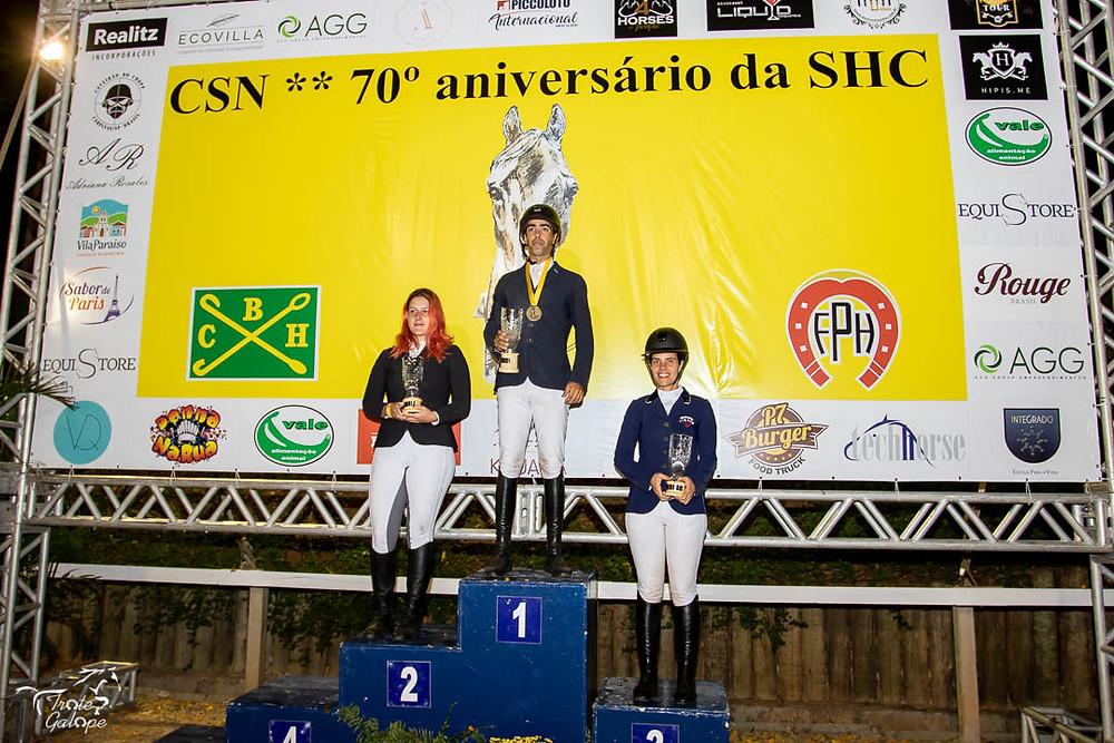 Podio Amador Top com  Adolpho Lindemberg em 1º, Jéssica dos Santos em 2º e Thais Balbino em 3º