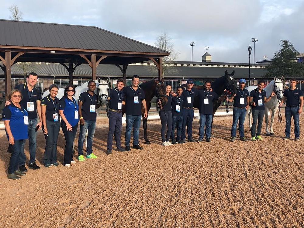 Cavalos do adestramento e equipe após aprovação na inspeção veterinária (Divulgação)