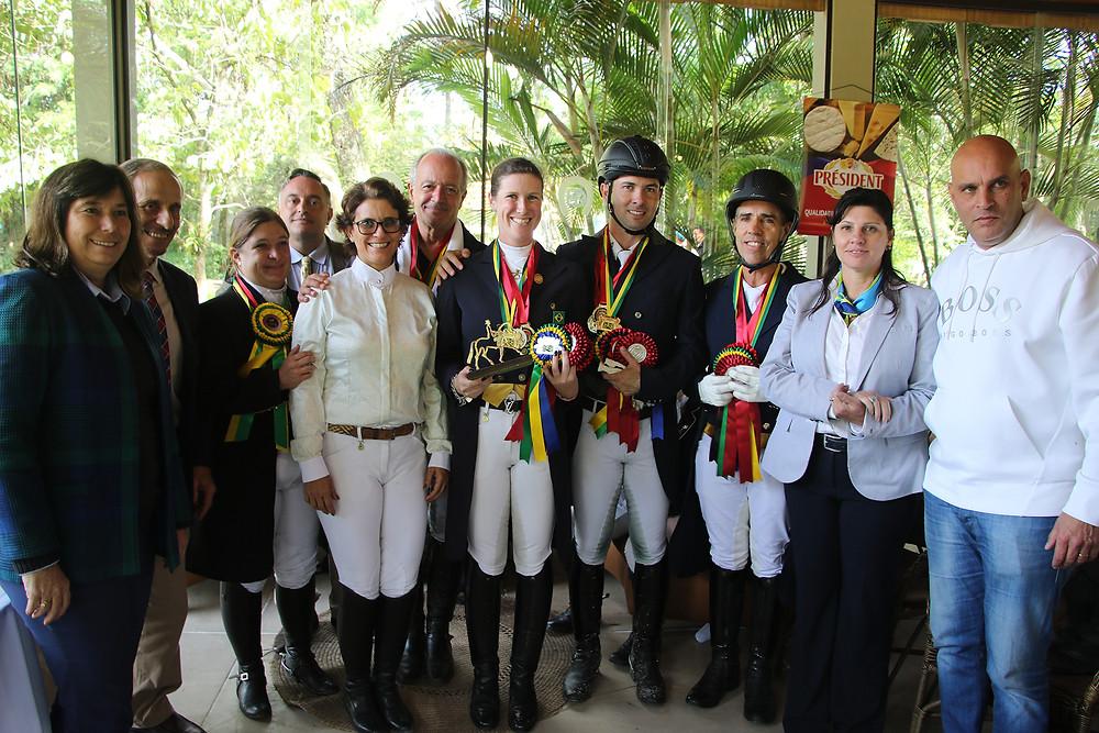 Concorrentes, juízes e dirigentes na premiação da série St Georges Profissional (C.May)